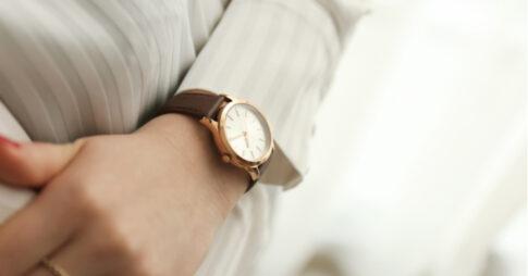 腕時計をつける女性の腕