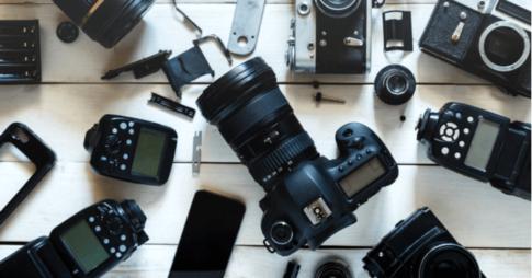カメラと機材が並ぶ床