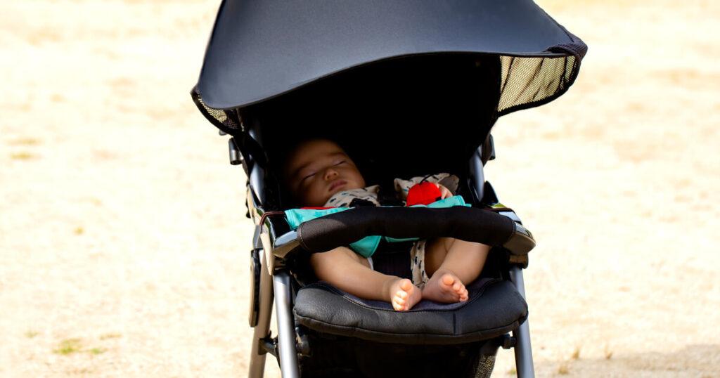 ベビーカーで眠る子ども
